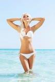 Junge und sexy Frau in einem Bikini auf dem Strand Stockbild