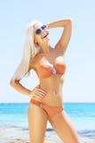 Junge und sexy Frau in einem Bikini auf dem Strand Stockfotos