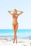Junge und sexy Frau in einem Bikini auf dem Strand Lizenzfreies Stockfoto