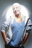 Junge und sexy glückliche blonde Frau, die herein in der Studio-Umwelt aufwirft Stockbilder