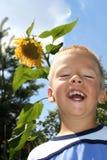 Junge und Sonnenblume Lizenzfreie Stockfotos