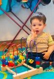 Junge und Spielzeug Stockfoto
