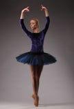 Junge und unglaublich schöne Ballerina in der blauen Ausstattung ist, tanzend aufwerfend und in Studio Klassisches Ballett Lizenzfreies Stockfoto