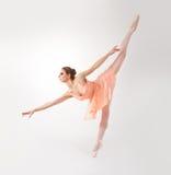 Junge und weiblicher ein Balletttänzer des Passsitzes in einem orange Kleid Stockfoto