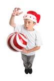 Junge und Weihnachtsflitter Stockfotografie
