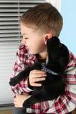 Junge und Welpe Stockfotografie