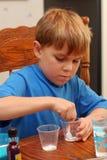 Junge und Wissenschaftsexperiment Stockbild