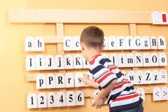 Junge und Zeichen Stockbild