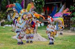 Junge und zwei verdecktes Voladores (Flieger) - guatemaltekischer Tanz von lizenzfreies stockfoto