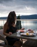 Junge unerkennbare Frau sitzt auf dem Balkon der Wohnung lizenzfreies stockbild