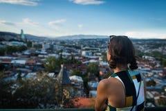 Junge unerkennbare Frau steht zurück an der Aussichtsplattform Stockfoto