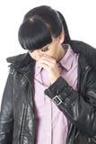 Junge unglückliche Frau den Tränen nah und umgekippt Lizenzfreies Stockbild