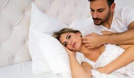 Junge unglückliche Paare, die Probleme im Verhältnis haben stockfotografie