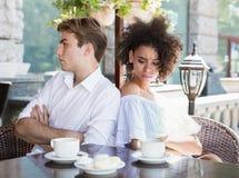 Junge unglückliche Paare stritten an der Sommerterrasse stockfoto