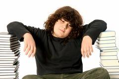 Junge unglücklich und viele Bücher Lizenzfreie Stockfotografie
