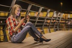 Junge unglückliche jugendlich Frau des Nahaufnahmeporträts, sprechend am Handy Lizenzfreies Stockfoto