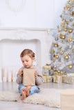Junge unter dem Weihnachtsbaum stockfoto