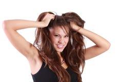Junge verärgerte Frau zerreißt ihr Haar Stockfoto