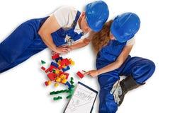 Junge verbinden Pläne, um ein Haus zu bauen stockfotografie