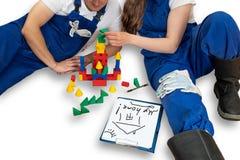 Junge verbinden Pläne, um ein Haus zu bauen stockbild