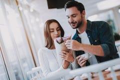 Junge verbinden stillstehen im Café stockfotos