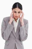 Junge Verkäuferin, die Kopfschmerzen erfährt Stockbild