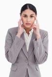 Junge Verkäuferin mit Kopfschmerzen Stockbild