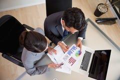 Junge Verkaufspersonen, die Statistiken studieren Lizenzfreie Stockfotografie
