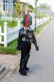 Junge verkleidet in Star Wars-Kostüm: Darth Vader mit seiner Klinge Darth Vader stockfotografie