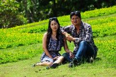 Junge verliebte Paare auf Rest im Nationalpark Stockbild
