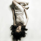 Junge verlockende Frauenlagen auf weißem Bedsheet Stockfotografie