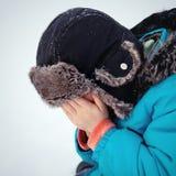 Junge versteckte Gesicht in seinen Händen, Handlung lizenzfreies stockfoto