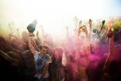 Junge, verzierte Leute nehmen am Holi-Festival von Farben in Wladiwostok teil stockbilder