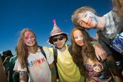 Junge, verzierte Leute nehmen am Holi-Festival von Farben in Wladiwostok teil stockfoto