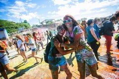 Junge, verzierte Leute nehmen am Holi-Festival von Farben in Wladiwostok teil lizenzfreies stockfoto