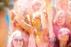 Junge, verzierte Leute nehmen am Holi-Festival von Farben in Wladiwostok teil stockbild