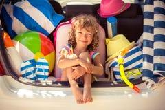Junge vierköpfige Familie auf tropischem Strand des weißen Sandes lizenzfreie stockfotos
