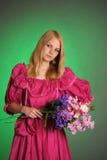 Junge viktorianische Dame mit einem Blumenstrauß von Blumen in den Händen Stockbilder