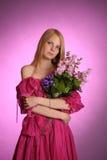 Junge viktorianische Dame mit einem Blumenstrauß von Blumen in den Händen Lizenzfreies Stockfoto