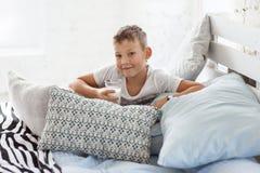 Junge von acht Jahren mit Milch Lizenzfreies Stockfoto