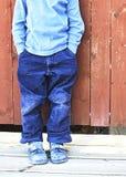 Junge vor Wand Lizenzfreies Stockbild