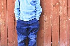Junge vor Zaun Lizenzfreie Stockfotos