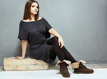 Junge vorbildliche Haltung der Mode studio Volle Karosserie Lizenzfreies Stockbild