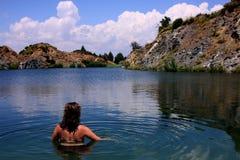 Junge, vorbildliche Stellung der Schönheit in einem See eines alten sandmining Platzes auf Feiertag in Spanien lizenzfreie stockbilder