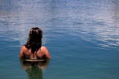 Junge, vorbildliche Stellung der Schönheit in einem See am Feiertag in Spanien lizenzfreies stockbild