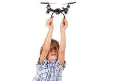 Junge wünscht sein Drohne fliegen Stockfoto