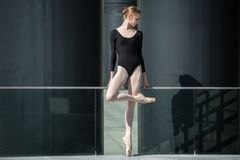 Junge würdevolle Ballerina im schwarzen Badeanzug an stockbild