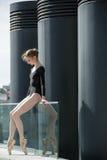 Junge würdevolle Ballerina im schwarzen Badeanzug an stockfotografie