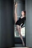 Junge würdevolle Ballerina im schwarzen Badeanzug an stockfotos
