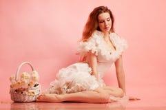Junge würdevolle Dame in einem weißen Kleid Lizenzfreie Stockfotografie
